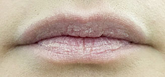 Huultenpohjustaja huulten rajalla
