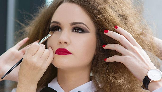 Nainen meikattavana