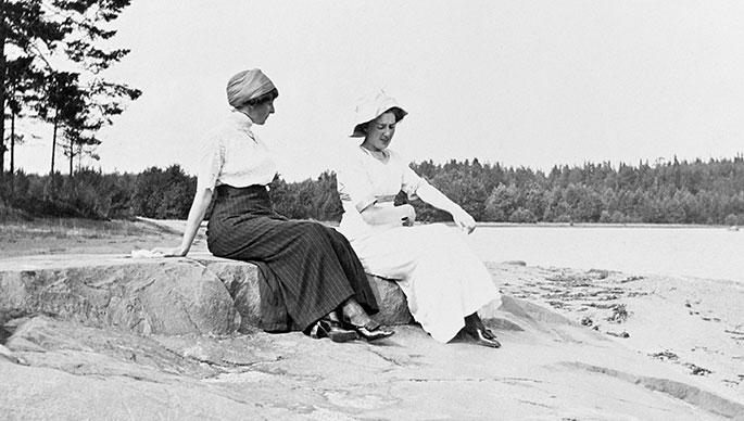 Naisia rannalla